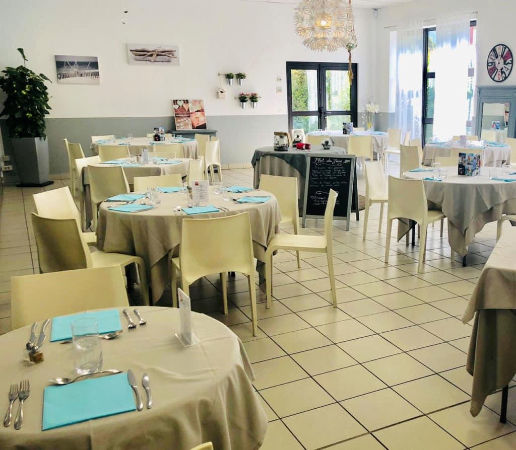 Tables dressées salle à manger